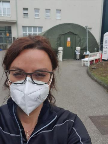 Ich stehe vor einem Zelt, in dem COVID Patienten behandelt werden.Das krankenhaus in der Stadt Sisak wurdfe fast komplett zerstört. Vor dem Beben konnten 450 Patienten behandelt werden, jetzt können gerade noch 50 Patienten untersucht und therapiert werden.