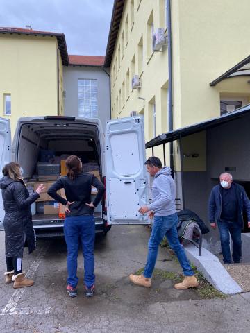 Mit meinem Vater und einen Bekannten, Ivan Roca, verteilen wir Medikamenten und medizinisches Gerät an eine ehemalige Poliklinik in Sisak. Aktuell werden die Menschen in Behefsunterkünften untersucht und behandelt.
