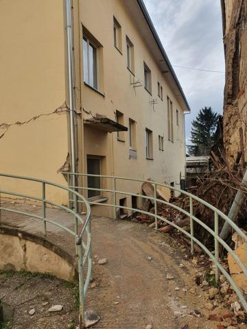 Der ehmalige Behinderteneingang der Poliklinik in Petrinja.