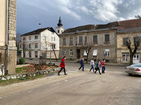 Wir laufen durch die Stadt Petrinja und lassen uns die ehmaligen medizinischen Einrichtungen zeigen.